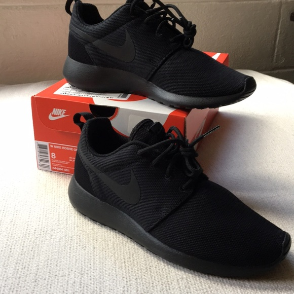 NWT   box Nike Roshe one all black 8 aa71e14a41d6